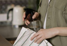 Zo doe je dat: Schimmel schoonmaken met azijn