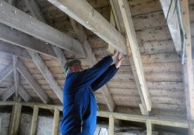 Schuin dak isoleren tussen de balken